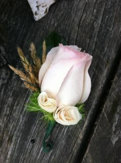 rose boutonniere to match the bouquet